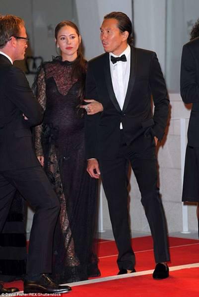 ベネチア映画祭のレッドカーペットを歩くケンカオと道端ジェシカ