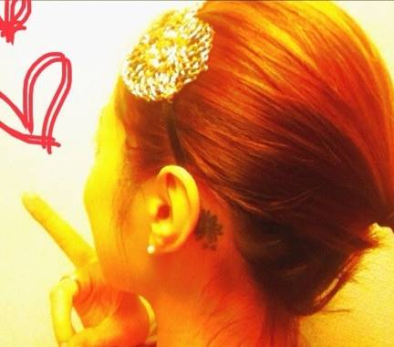 左耳の後ろに花柄のタトゥー