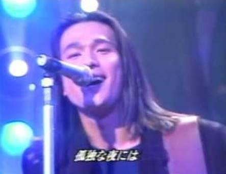 テレビで歌を披露する江口洋介