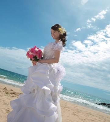 ハワイで結婚式を挙げた荒川静香のウェディングドレス姿