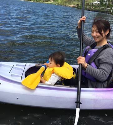 子供と一緒にカヌーをする藤森由香