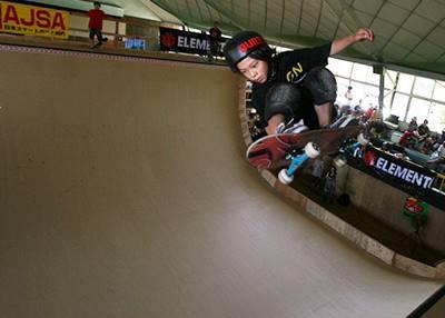 スケートボードをする子供の頃の平野歩夢
