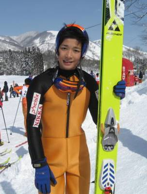 スキージャンパー姿の竹内寿