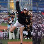 稲村亜美が始球式で中学生球児たちに襲われるハプニング!動画あり!