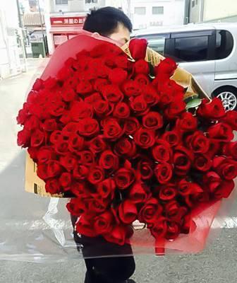 108本のバラの花束