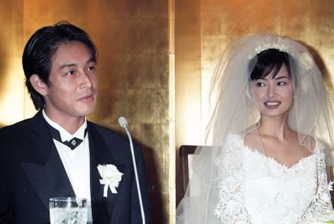 結婚会見を行う吉田栄作と平子理沙